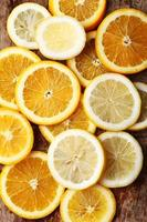 pilha de fatias de frutas cítricas. laranjas e limões.