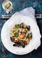 macarrão e vinho de frutos do mar foto