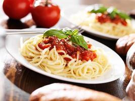 macarrão espaguete italiano com molho de tomate foto
