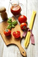 molho de macarrão e tomate foto