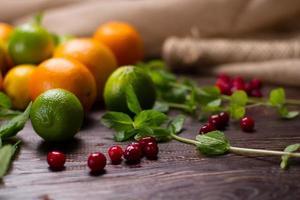 hortelã fresca, frutas e frutas cítricas. foto