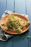 macarrão com couve-flor no prato foto