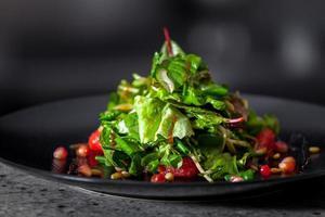 aperitivo com ervas e sementes de romã foto