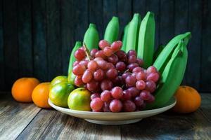 close-up tiro de frutas na mesa de madeira. foto