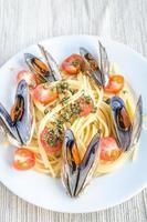 espaguete com mexilhões e tomate cereja foto