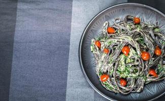 macarrão preto com espinafre, mascarpone e parmesão foto