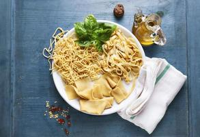 vários tipos de massas frescas caseiras no prato