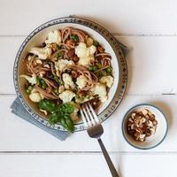 espaguete integral com couve-flor assada, avelãs e ba foto