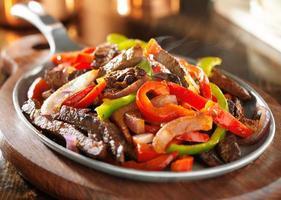 fajitas de carne mexicana quente e fumegante foto