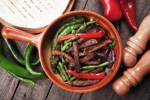 fajitas com legumes grelhados foto