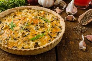 quiche de queijo com frango, rúcula e cogumelos foto