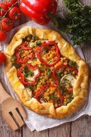 torta de legumes close-up e ingredientes. vista superior vertical foto