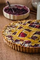 torta de biscoito amanteigado com cerejas foto