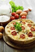 kish com frango, cogumelos e tomate cereja foto