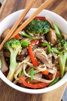 macarrão udon com legumes foto