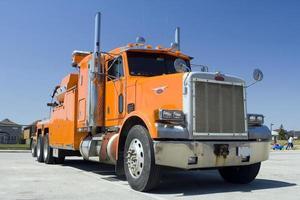 grande caminhão laranja pesado foto