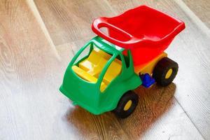 caminhão de carro de brinquedo em fundo madeira foto