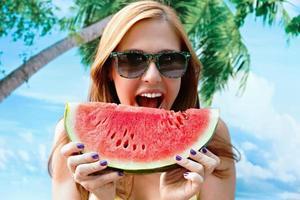 mulher comendo melancia foto