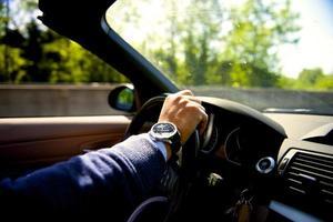 dirigindo carro conversível foto