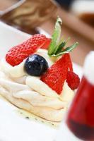 sobremesa de merengue de morango foto