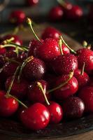 cerejas vermelhas orgânicas cruas foto