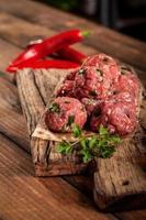 almôndegas de carne crua fresca com salsa foto