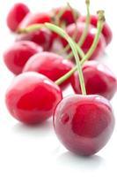 apetitosas cerejas doces em um fundo branco foto