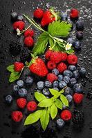 frutas frescas em fundo escuro. foto