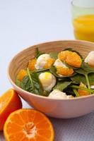 salada com tangerinas e ovos de codorna escalfados foto