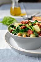 salada de espinafre e grão de bico. foto