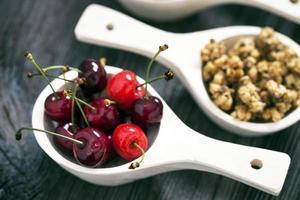 café da manhã saboroso. morangos, cerejas e cereais foto