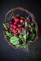 cesta de mercado de agricultores de frutas e vegetais frescos foto