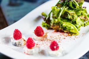 salada fresca com queijo de cabra e framboesa. foto