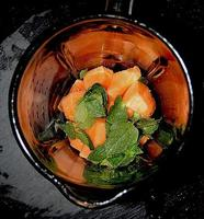 melão cantalupo, liquidificador de hortelã e alcaçuz. foto