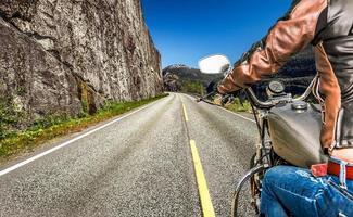 visão em primeira pessoa menina motociclista foto