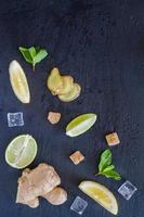 ingredientes de limonada de gengibre - gengibre, limão, limão, hortelã, açúcar foto