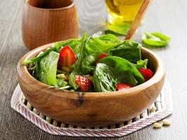 salada leve com espinafre e morangos. foto
