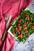 salada saudável com rúcula, espinafre, salmão defumado e frutas foto