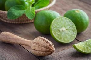 espremedor de frutas e limão na mesa
