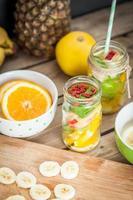 frutas cortadas em jar foto
