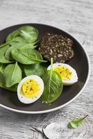 lanche saudável - espinafre e ovo frescos foto