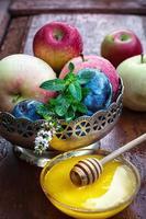 maçãs e ameixas em vaso de ferro