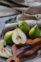 peras em fatias doces na mesa de madeira foto