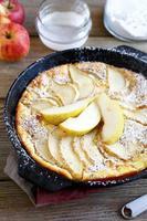 torta deliciosa com peras em uma frigideira foto