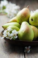 doces peras frescas na mesa de madeira foto