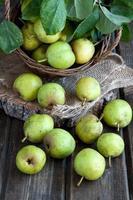 suculentas peras saborosas na cesta foto