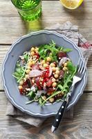 salada de grão de bico em um prato foto