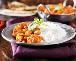 caril de vindaloo de frango indiano com arroz basmati no prato foto
