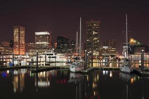 porto interior de baltimore à noite foto