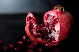 frutas de romã na mesa de madeira, foto